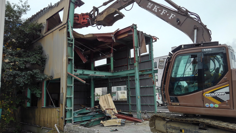 鉄骨造工場の重機解体